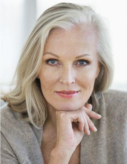 Femme aux cheveux gris avec un carré tendance