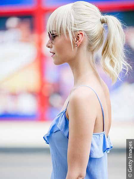 Donna con capelli bianchi e coda