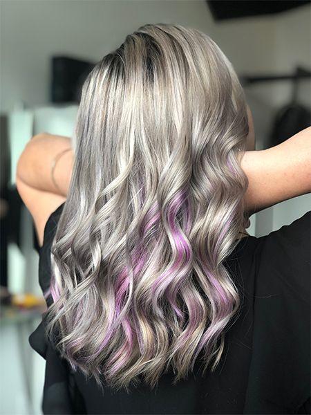 Lange, silberne Haare mit pinken Strähnchen