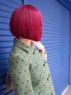 Frau trägt einen Bob in Pink