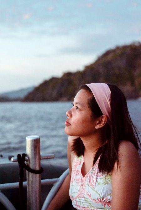 Donna con fascia che guarda verso il mare