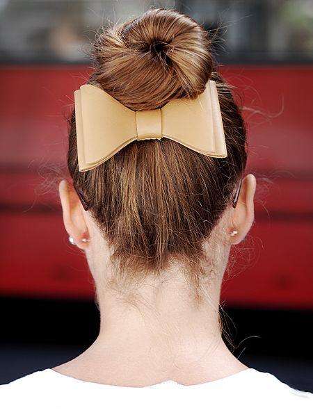 Frau mit rötlichem Haar und hohem Dutt