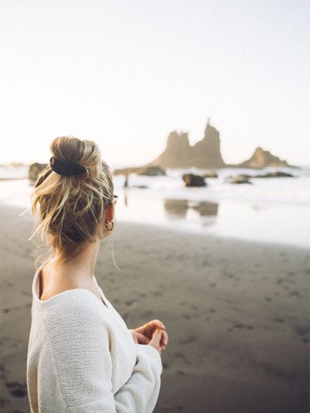 Kobieta w koku na plaży