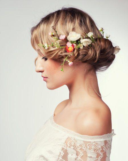 Donna con pettinatura raccolta e fiori tra i capelli