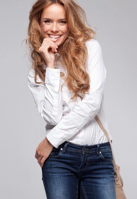 Donna con capelli lunghi mossi e stile di capelli spettinato