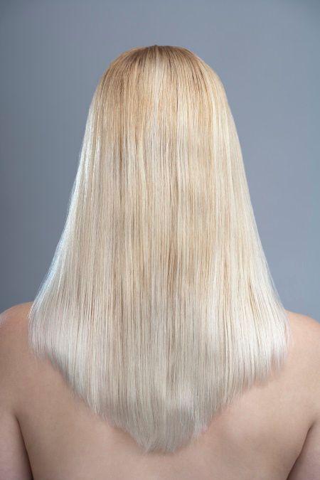 Donna di spalle con capelli biondo cremoso