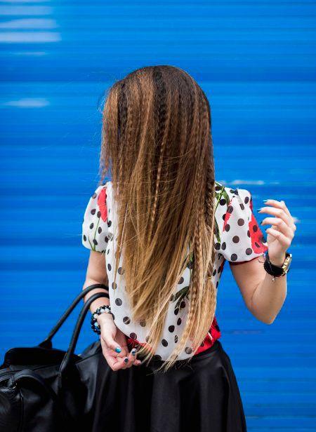 Ragazza con lunghi capelli biondo miele frisé