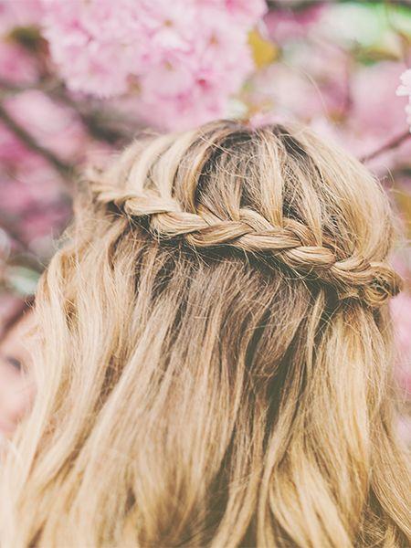Blonde Frau mit geflochtenem Haarkranz und offenen Haaren