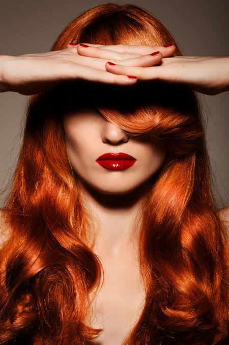 Donna con capelli rossi e rossetto rosso vivo