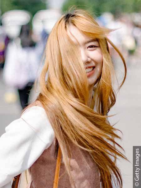 Kobieta w długich, jasnych włosach