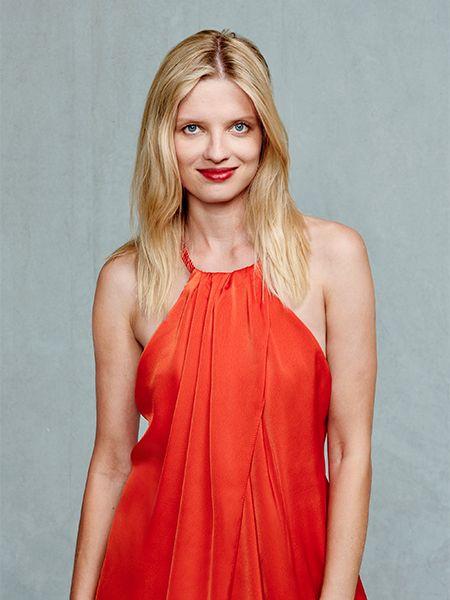 Model Natalia mit offenen Haaren.