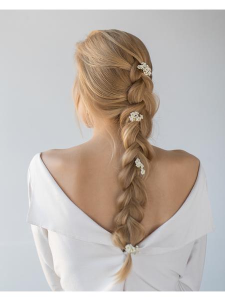 Mladenka s romantičnom frizurom u vjenčanici