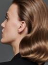 Seitenansicht einer Frau mit brünettem, gewelltem Haar