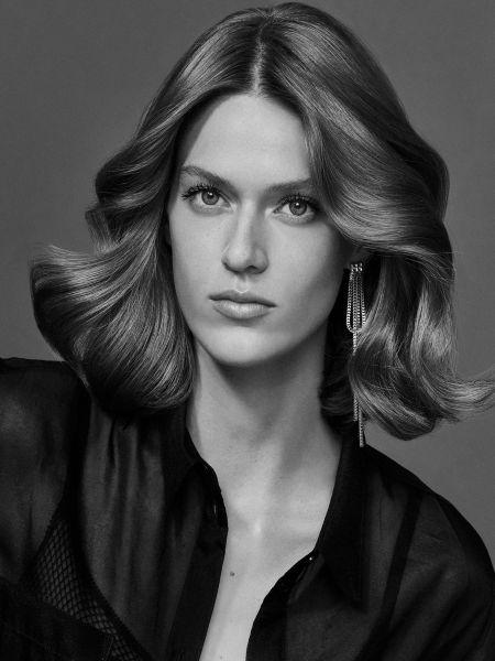 Schwarzweiß-Porträt einer Frau mit halblangem, welligem Haar