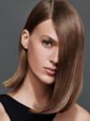 Frontansicht einer brünetten Frau mit halblangem, glattem Haar