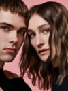 Frontansicht von einem braunhaarigen Paar, das in die Kamera schaut