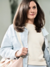 Dunkelhaarige Frau trägt ihre glänzenden Haare offen