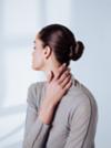 Braunhaarige Frau trägt einen eleganten Bun