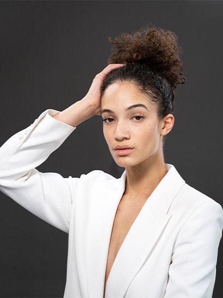 Junge Frau im Afro-Look stylt sich
