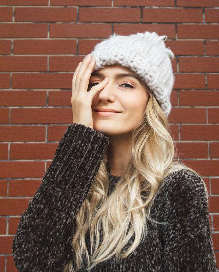 Donna con capelli biondo chiaro lunghi e mossi