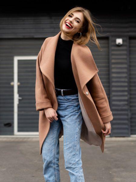 Donna con capelli castano chiaro che sorride in abbigliamento casual