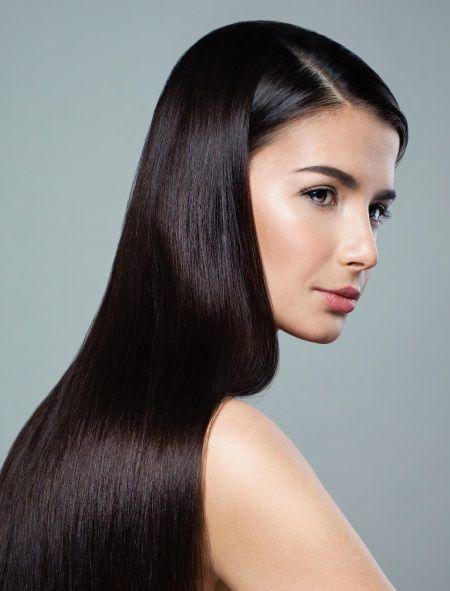Donna dai lunghi capelli lisci color castano scuro