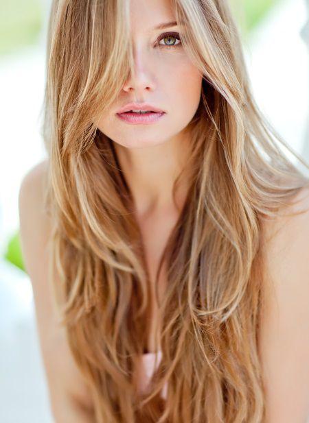 Donna con capelli biondo miele lunghi e leggermente ondulati