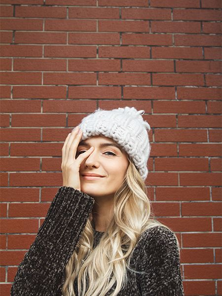 Frontansicht von einer blonden Frau mit Mütze
