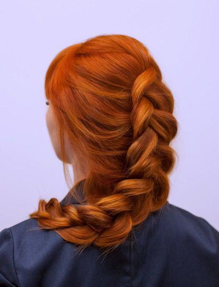 Donna di spalle con capelli rossi raccolti in una morbida treccia centrale