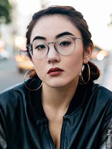 Donna con occhiali e codini bassi