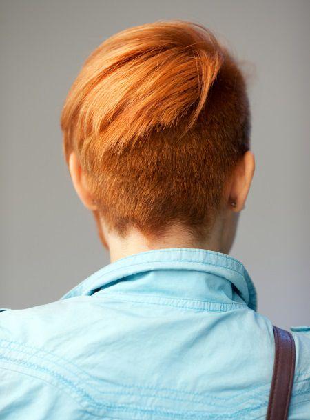 Donna con capelli rossi corti e undercut, fotografata di spalle