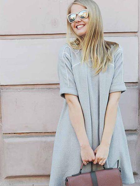 Femme blonde avec des lunettes de soleil en train de sourire