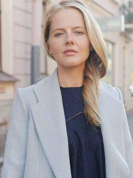 Frontansicht Blondine mit Mantel