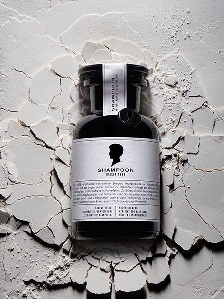 Nahaufnahme einer Shampoo-Flasche auf texturiertem Untergrund