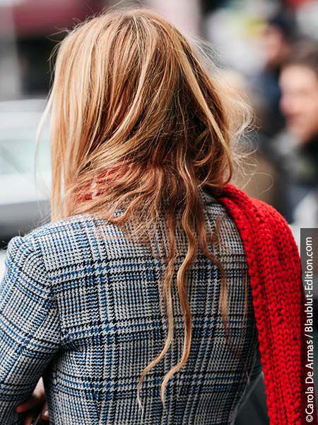 Kobieta w balejażu na blond włosach