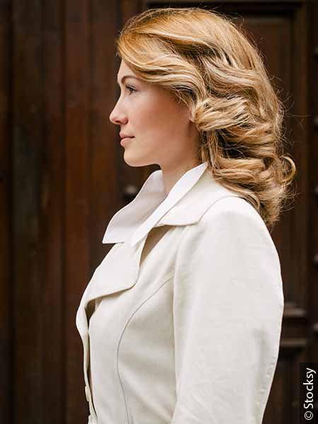 Светловолосая женщина с вьющимися волосами средней длины