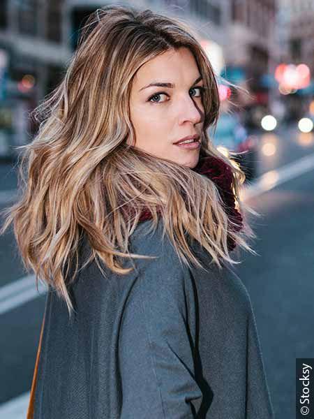 Femme blonde avec une coupe pour cheveux fins dégradée