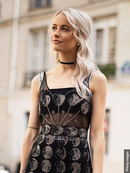 Ženska z valovitimi lasmi s peroksidno blond barvo las