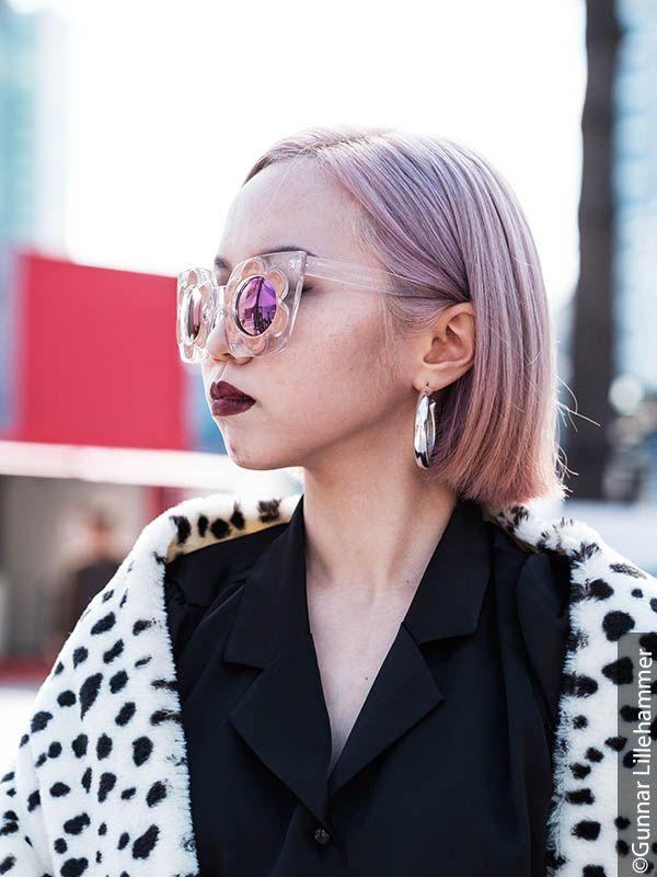 Ženska z lasmi z odtenkom biserno blond in očali