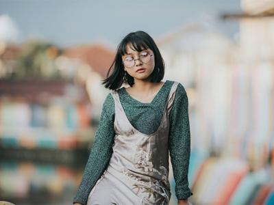Schwarzhaariges Mädchen trägt Bob mit Fransenpony