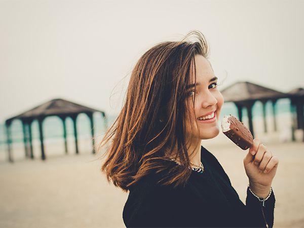 Kobieta na plaży jedząca loda