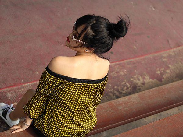 Donna con capelli neri e messy bun