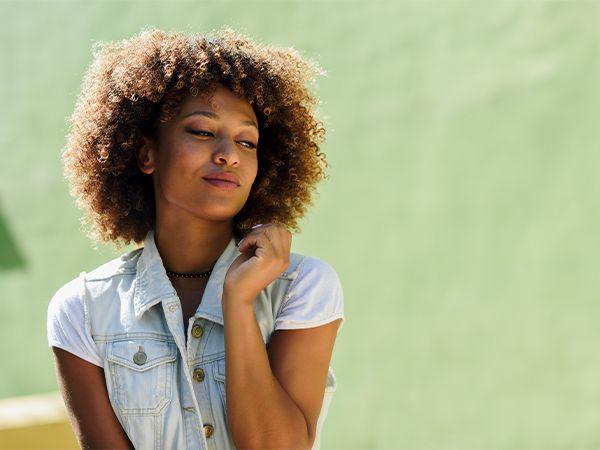 Junge Frau mit halblangen Afro-Locken