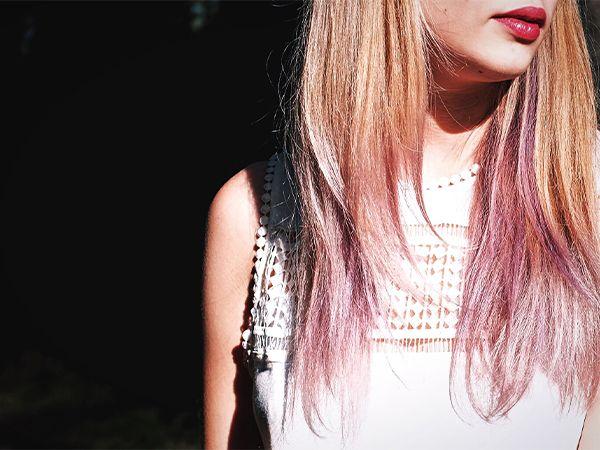 Frontansicht einer Frau mit pastellfarbenem Haarkreide-Look