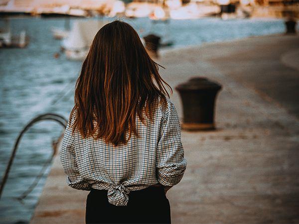 Vue de dos sur une femme chatain clair à la coiffure hygge naturelle