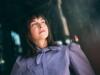 Dunkelhaarige Frau trägt ihr Haar im Undone Look
