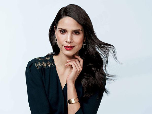 Ženska nosi svoje temne lase navzdol s stranskim predelkom.