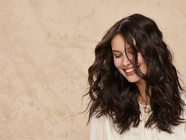 Frontansicht einer jungen Frau mit schwarzen Haaren