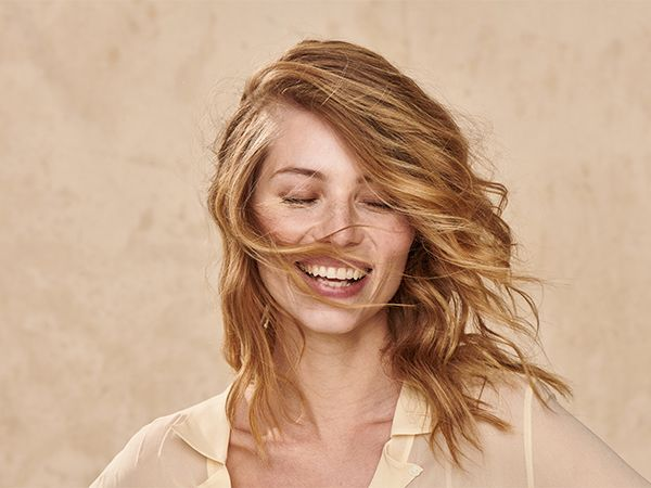 Frontansicht einer jungen, blonden Frau