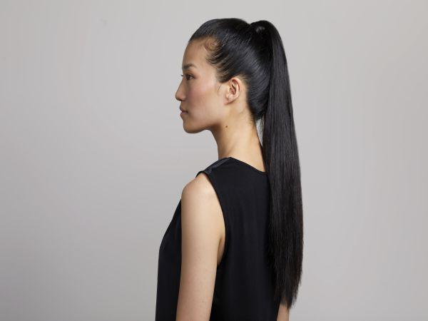 Profil ženske z dolgimi, sijajnimi lasmi v repu.